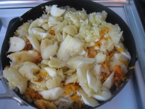 Мякоть кабачков добавляем к луку с морковью в сковороду - 2