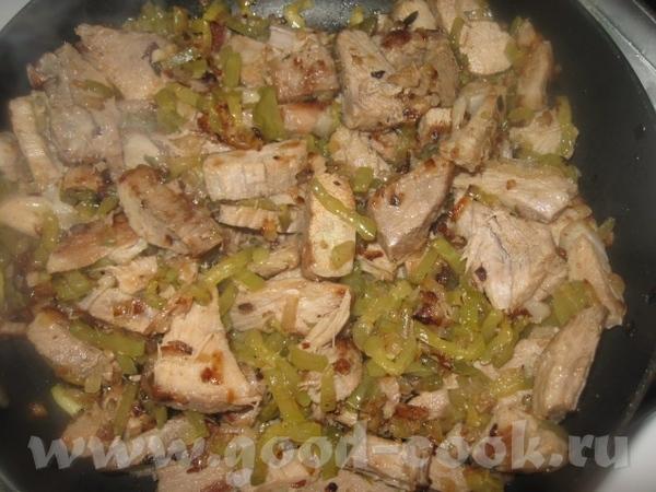 Добавляем кусочки мяса и немного обжариваем вместе с луком - 4