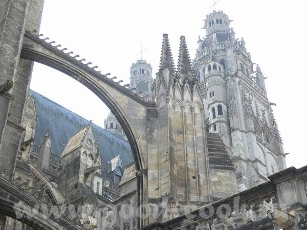 А это пусть не замок, а собор, в Tours, но меня он так впечатлил - 2