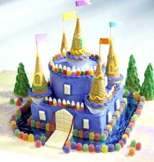 Еще один вариант замка - оформление мармеладом, белым шоколадом (окна) и вафельными стаканчиками Кс...
