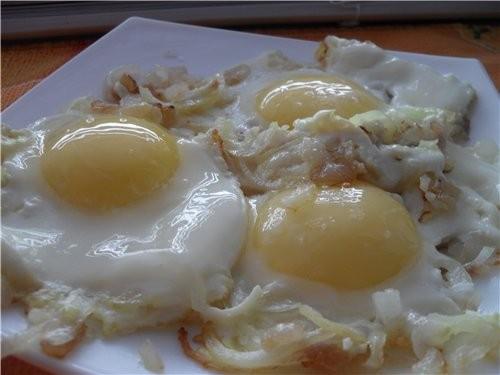 А это тарелочка мужа (продолжаю вчерашний день) Яичница с салом и луком 3 яйца 1/2 репчатого лука к...