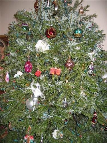 Моя елка и приложение к ней: муж создает праздничное настроение, играя популярные зимние песенки