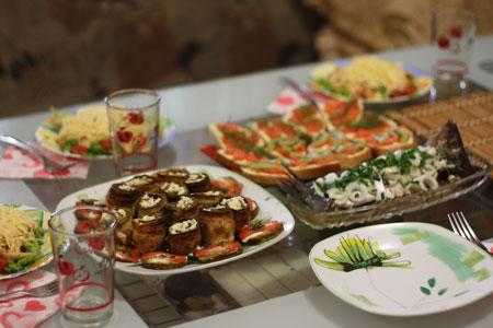 Встречала подругу салатом Цезарь, кабачками с сыром и бутербродами с красной рыбой и киви