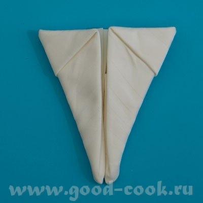 7. Прячем верхний «треугольник», подвернув его так, как показано на фото: