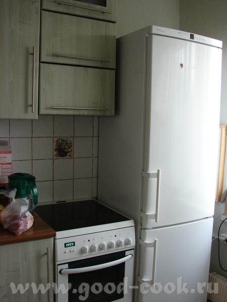 Дальше плита, над ней три горизонтальных шкафчика: нижний для чая, кофе , кофемолки, джезвы и т