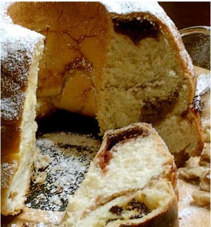 Это необычное блюдо представляет собой слоеный кекс с начинкой из орехов, малинового джема и творог...