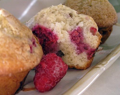 Мягкие, влажные кексы с нежным ароматом миндаля и кисленькой малиной - 2