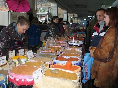 Прямо на рынке в тандыре пекут самсу и лепешки - 3