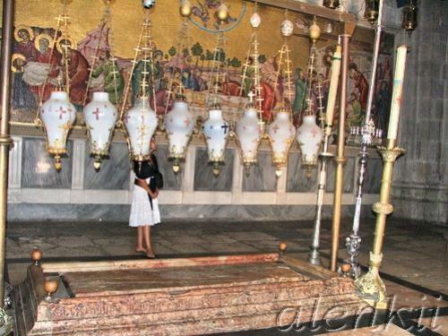 Войдя в храм, оказываемся в темном зале, где на полу лежит Камень Помазания – плита, на которой омы...