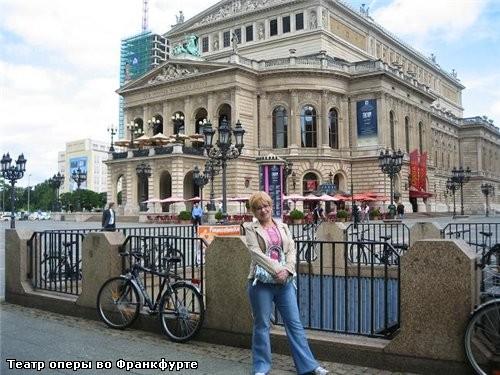 На предыдущей фотографии - памятник возле городской ратуши