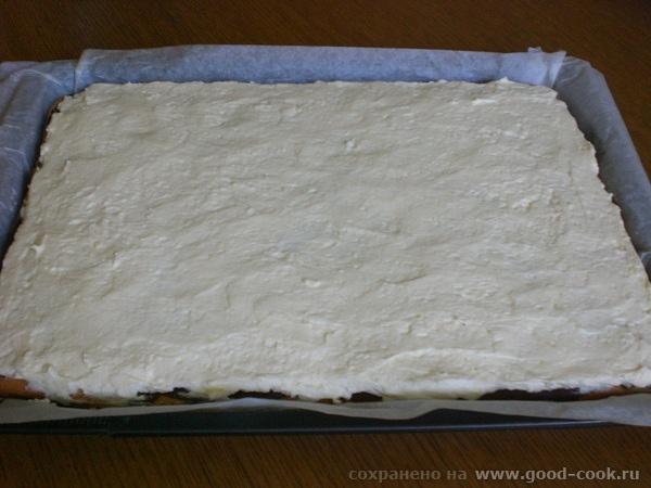 готовый крем на поверхности пирога