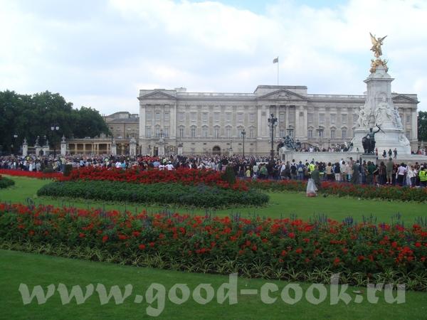 """еще одно место """"паломничества"""" туристов - Букингемский дворец, конечно"""