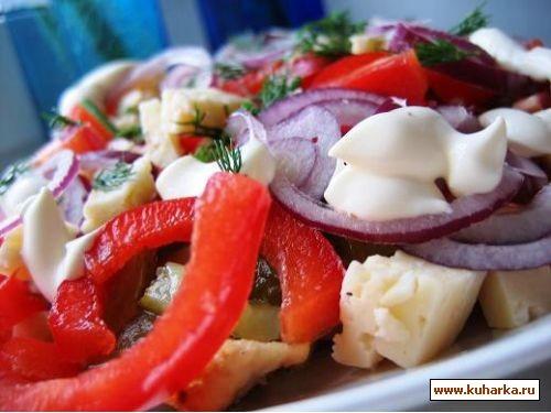 салат с курицей , паприкой и солеными огурчиками куриная грудка(порезать полосками и жарить на раст