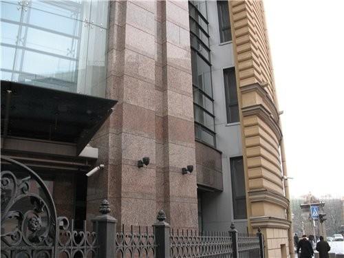 Следующим зданием на улице Ломоносова, привлекшим мое внимание - я его сама видела впервые - было н... - 2