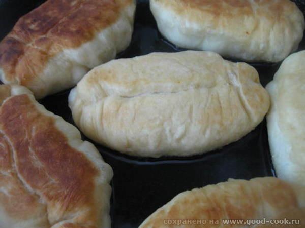 Лепим пирожки и жарим их на растительном масле на сковороде, укладывая швом вниз - 3