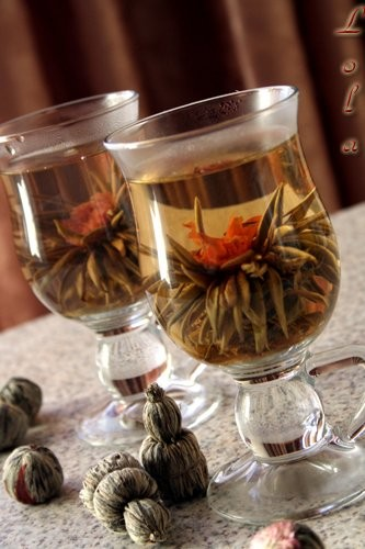 Угощу-ка я вас чайком, изумительной красоты,с приятным ароматом и вкусом Это зелёный чай украшен и...