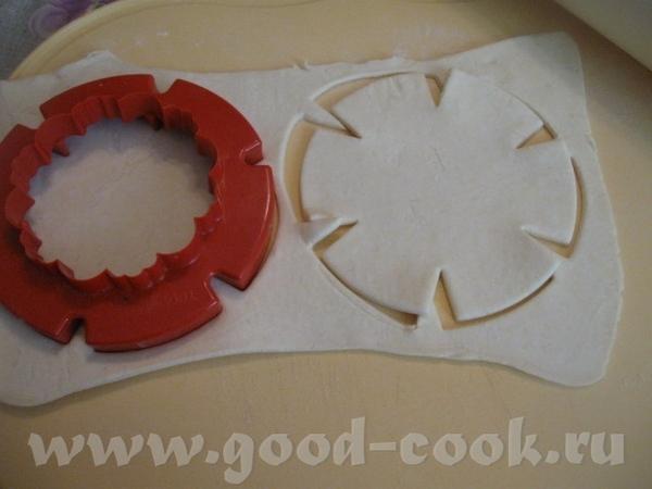 Готовое слоеное тесто слегка раскатываем (если слой толстый) и вырезаем заготовки для тарталеток - 2