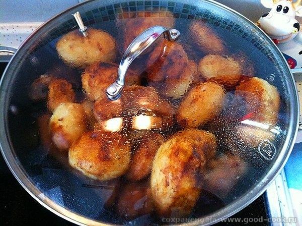 Рецепт прост: обжариваем картофель целиком, вынимаем откладываем посыпаем солью; обжариваем мясо, солим мясо и посыпаем... - 12