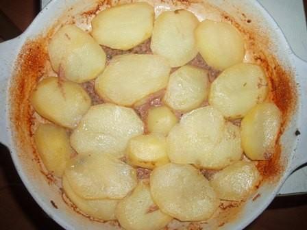 """А я тут делала """"кыфту би синие"""" с картошкой и тахиной и салат """"Табуле"""": Это кыфта перед заливкой та..."""