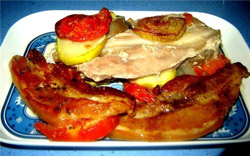 совсем даже ничаВо получилось: снизу мяско не румяное, так как овощи дали много сока, зато мягонько...