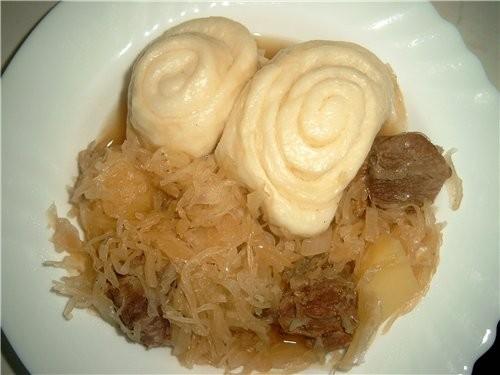 ШТРУДЕЛИ Для этого вкусного блюда не нужно ничего особенного: Мясо, кислая капуста и дрожжевое тест...