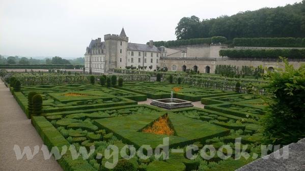 И виды со стороны сада: Это из музыкального сада: Овощной сад на самом деле был из зеленого и красн...