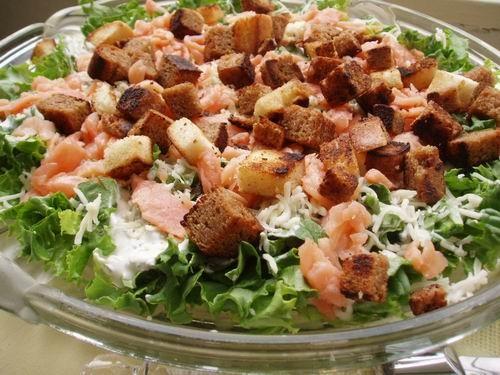 Думаю е`тот салат может занять место на праздничном столе-вкусно и гостям понравится