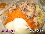 Затем слой картофеля и три желточка, тщательно промазываем майонезом и прижимаем - 5