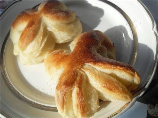 Сдобные булочки раскатать лепешечку, смазать ее маслом любым (можно даже растительным) чуть чуть и... - 10