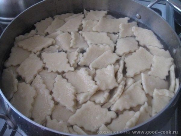Отвариваем нарезанное тесто, как обычные вареники, в подсоленной воде и вынимаем в чашу (миску), при помощи Добавляем...