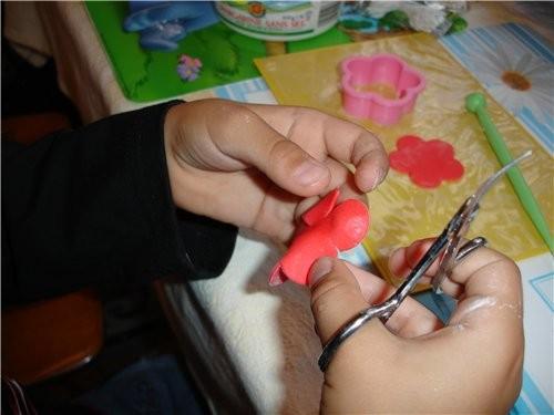 Итак первый шажок Кусочек мастики размером с фундук формуем в виде капли и насаживаем на зубочистку - 2