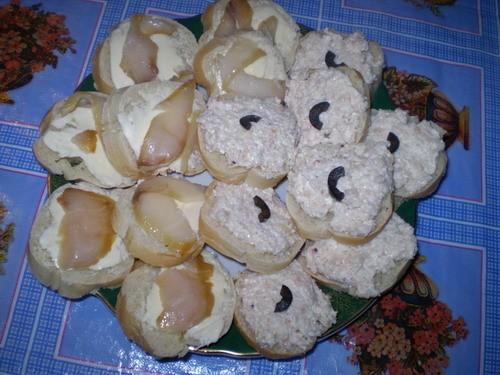 Бутербродики с мясом криля 1 багет, 1 баночка мяса криля, 1 плавленый сырок, майонез Смешать мясо с...