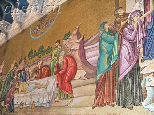 Войдя в храм, оказываемся в темном зале, где на полу лежит Камень Помазания – плита, на которой омы... - 7