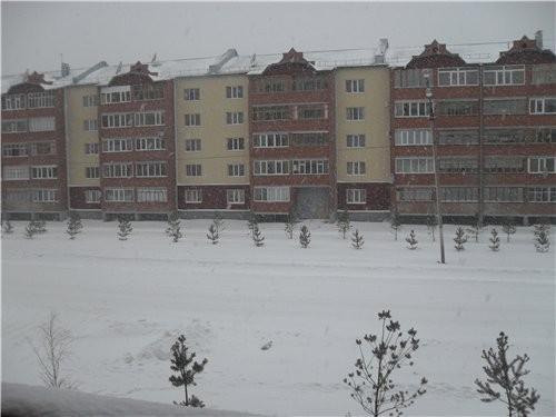 А вот покажу если будет видно, у нас такой сильный снег был ну заодно и дом напротив попал, у нас т...