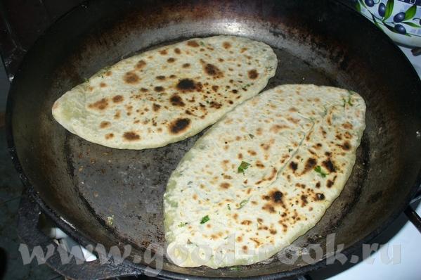 и жарить на сковороде , без масла лук зеленый, шпинат, щавель, чуть крапивы и главное нужны два вид...