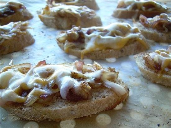 Крут с луком конфи, красным перцем и сыром
