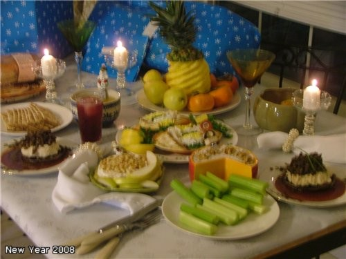 Центром стола было блюдо, название которого я не знаю, как перевести, ну пусть будет ПРИНАРЯЖЕННЫЙ...