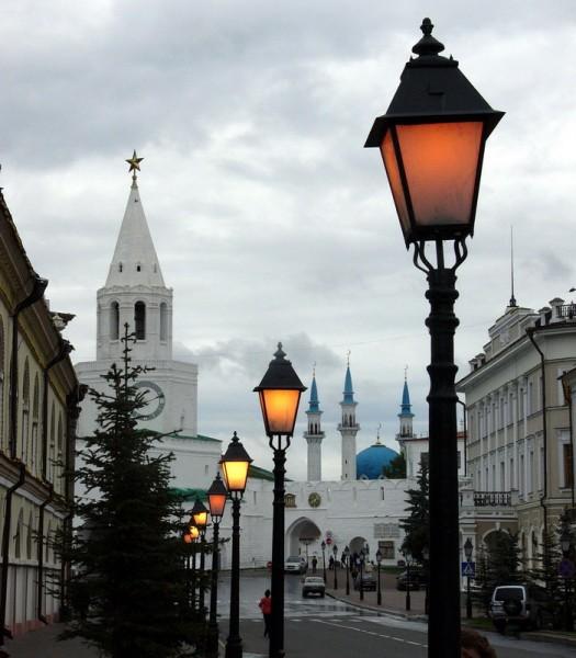 Уже нсеколько часов ищу извилистую улочку города с каменной кладкой, архитектурой и фонарями - 4