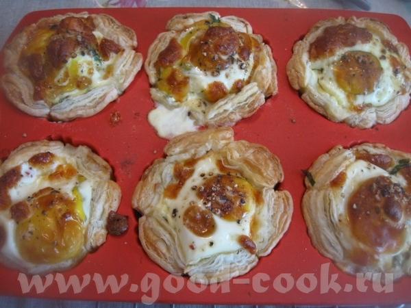 Яйца немного присаливаем и, по желанию, посыпаем перцем - 2