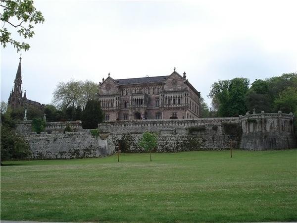 Потом мы въехали в город и посмотрели Дворец Собрельяно Это родовое поместье маркизов de Comillas В...