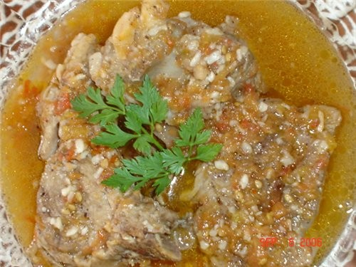 А позавчера приготовила очень нежное мясо, Тушеная баранина с чесноком и помидорами