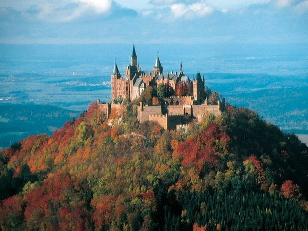 девочки это замок, и был снят примерно 10 км от него, был туман и собирался дождик полить