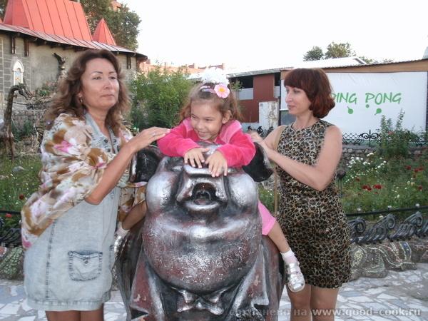 Под зонтиком с Тортиллой Я, сестра и Жужа с символом парка (нужно тереть пятачок, чтобы были деньги) - 2