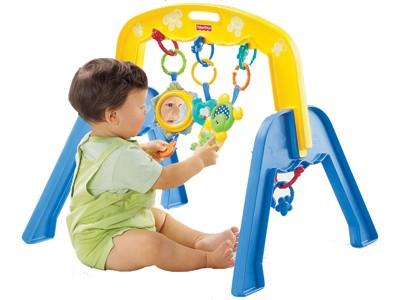 Из первых игрушек на понравился турничок с подвешенными погремушками Что-то вроде такого (сначала м...