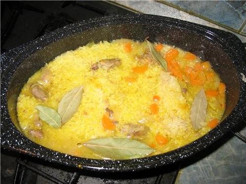 РИС С КУРИНЫМИ СЕРДЕЧКАМИ Налить на дно ладки немного растительного масла без запаха, положить кури...