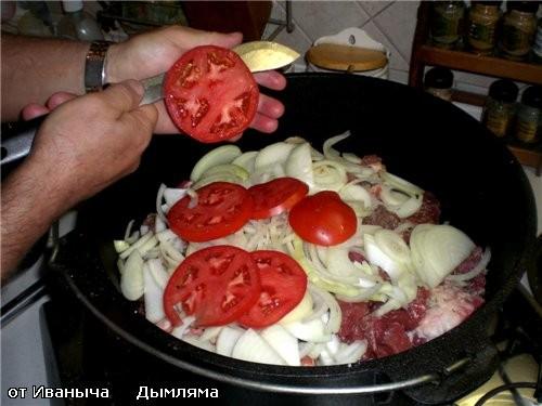 Потом берём пару БОЛЬШИХ и ОЧЕНЬ СПЕЛЫХ помидор