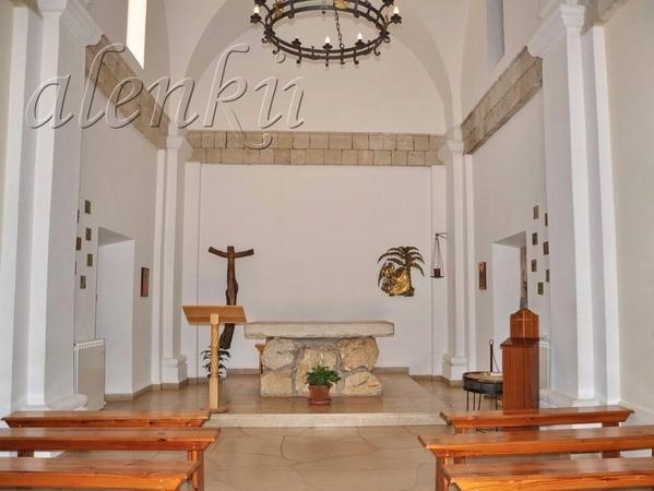 Именно в это время в церкви начались молитвенные песнопения, и нам было уже не пробиться во внутрь