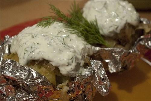 Картофель, запеченый в фольге с соусом