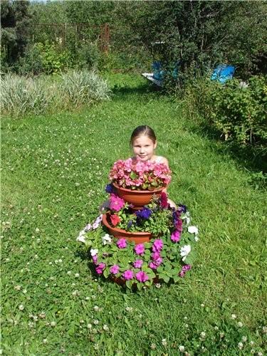 Я в этом году высадила много маленьких цветов не в землю, а в большие горшки: (дочка прячется) горш...