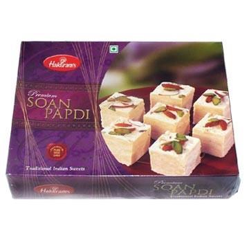Они продаются в фирменных магазинах Haldiram's, их по всему Дели очень много, я не знаю насчет...
